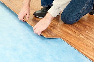 perbedaan lantai kayu vinyl dengan lantai kayu laminasi