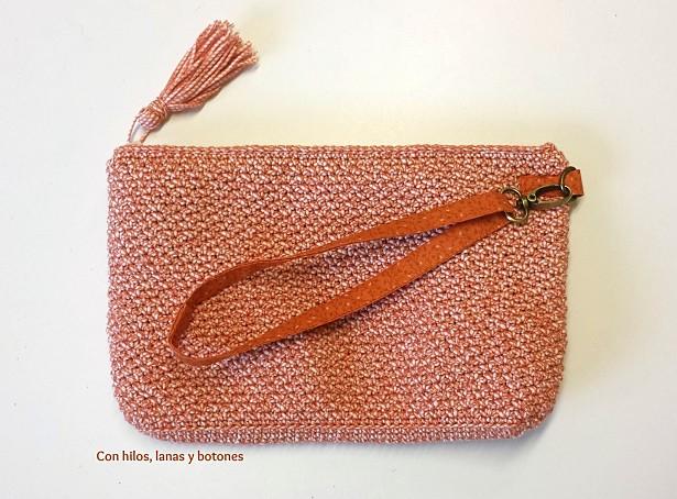 Con hilos, lanas y botones: clutch de ganchillo Louisiana (patrón gratis)