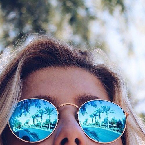 dc8beda9a7afc Redondos, quadrados com lentes coloridas... tem modelo pra todo mundo!  Entretanto, um deles se destaca  o óculos espelhado com as lentes azuis.  Gosta