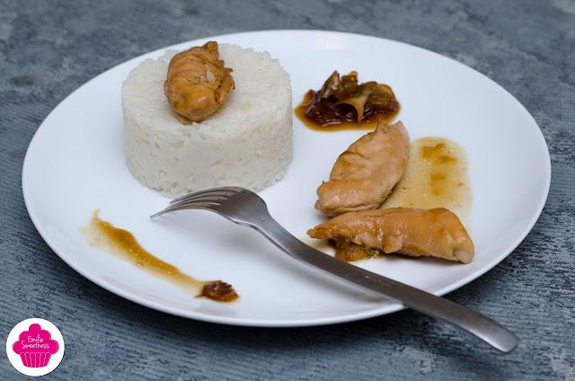 Poulet au caramel et sauce soja accompagné d'oignons caramélisés et de riz basmati