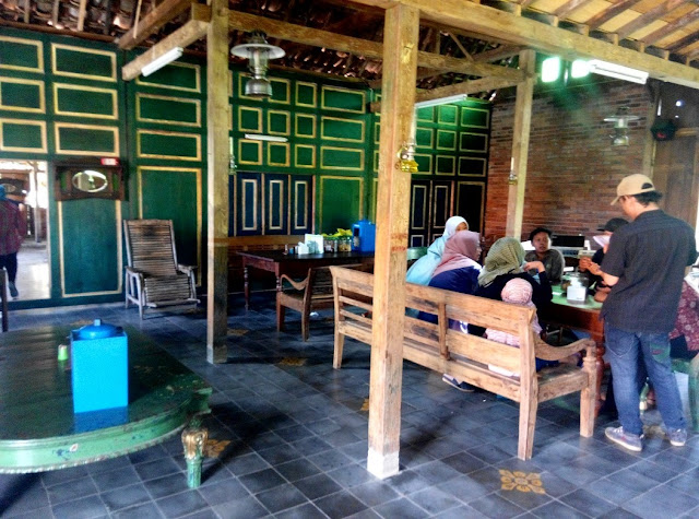 Suasana Rumah Tempo Dulu Di Kopi Klotok Pakem Yogyakarta