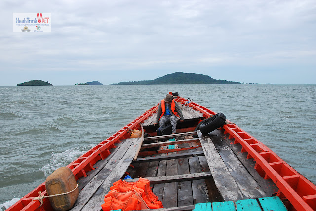 Trên đường ra Đảo Thỏ - Lúc đi sóng có nhấp nhô một chút, Lúc về là được một trận tắm biển trên ghe (vì gió thổi mạnh, hix)