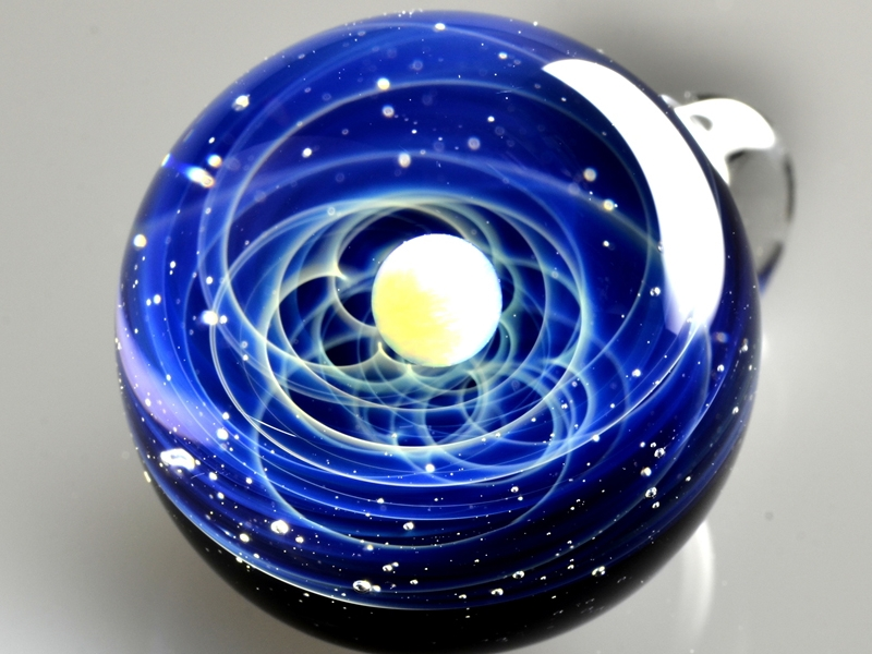 15-Satoshi-Tomizu-とみず-さとし-Galaxies-Sculpted-in-Space-Glass-Globes-www-designstack-co