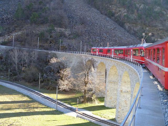 Il Trenino del Bernina all'imbocco del Viadotto Elicoidale