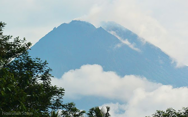 Puncak Gunung Merapi tampak jelas dari tepi jalan