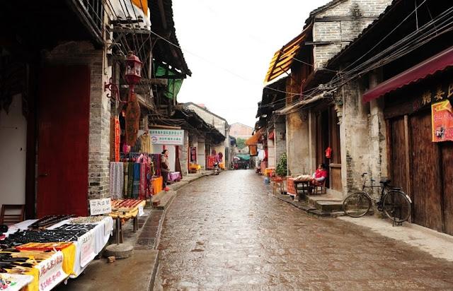 Nổi tiếng với những dãy núi đá vôi hùng vĩ, Dương Sóc là một thị trấn sôi động, thân thiện nằm trên bờ sông Quế Giang ở khu tự trị Quảng Tây, miền nam Trung Quốc. Ngoài những nhà hàng và cửa hàng hiện đại tập trung quanh khu phố Tây, thị trấn 1.400 năm tuổi còn thu hút du khách với nhiều công trình kiến trúc truyền thống cùng các món ăn đặc sản.
