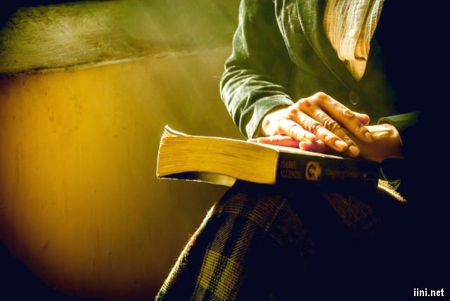 ảnh người phụ nữ bên cuốn sách cũ
