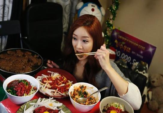 Alasan Makan dan Minum Sambil Duduk Dari Segi Agama, Kesehatan dan Moral
