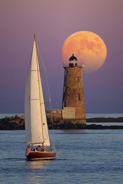 phare et navire en mer