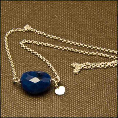 Gargantilla cadena de plata y calcedonia azul oscura y colgante corazón. Joyería Artesanal Personalizado