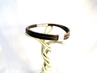 Vue latérale du bracelet cuir noir décoré d'un motif spirale