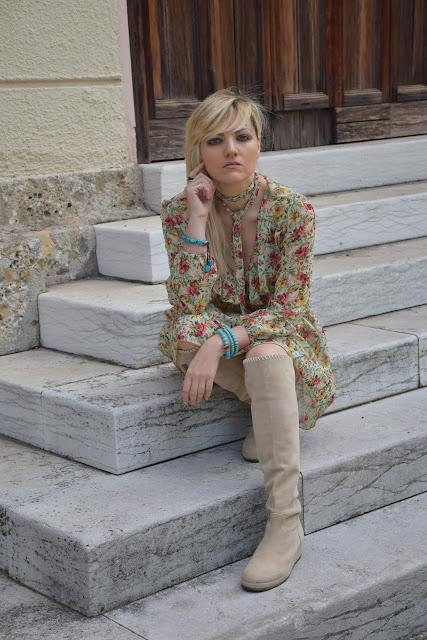 outfit primaverile vestito a fiori e stivali beige outfit maggio 2017 outfit primaverile mariafelicia magno fashion blogger colorblock by felym fashion blog italiani blog di moda blogger italiane di moda