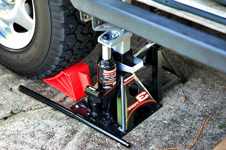 Araba krikosu lastik patlaması durumunda arabanızı çok rahat bir şekilde kaldırabileceğiniz bir araçtır.