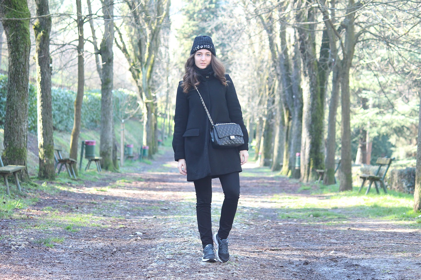 fashion blogger italy italia outfit ootd black look style vogue nike runners shoes scarpe zara coat cappotto bijou brigitte berretto lana wool hat black nero