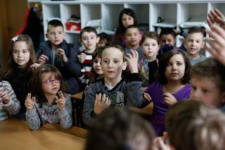 Παιδάκια όλα μαζί μαθαίνουν νοηματική