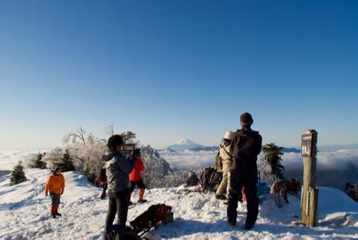 雲取山頂へ行くと富士山が。かっこいい。雲海もすごい