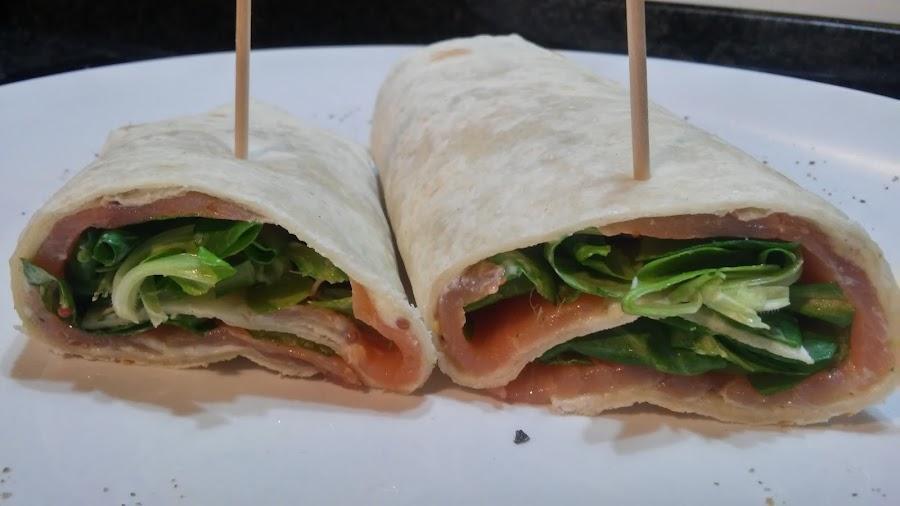 Wraps de salmón ahumado con canónigos y salsa de mostaza y mayonesa