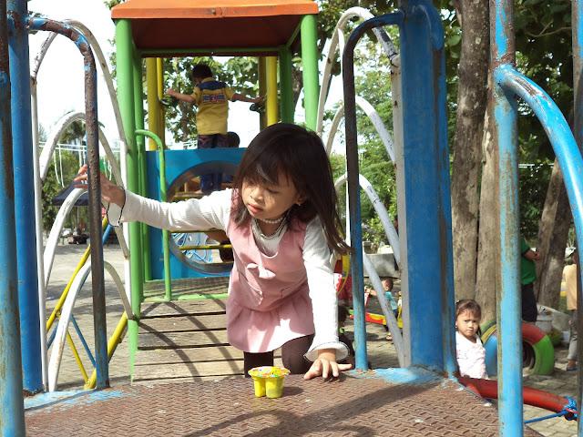 Area playing ground yang membuat putra-putri anda kerasan berada di wisata wego Lamongan