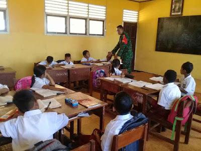 Anggota TNI Mengajar Wawasan Kebangsaan ke SD Negeri Inpres Salor 1