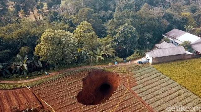 Lubang Raksasa Kembali Muncul di Sawah Sukabumi