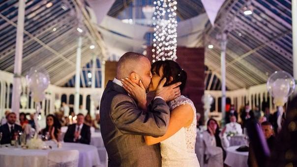 Bella historia de amor. Mujer se corta el cabello para apoyar a su esposo con cáncer terminal