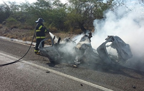 Policial da COPES morre carbonizado após colisão entre carro e carreta na BR-423 em Delmiro Gouveia