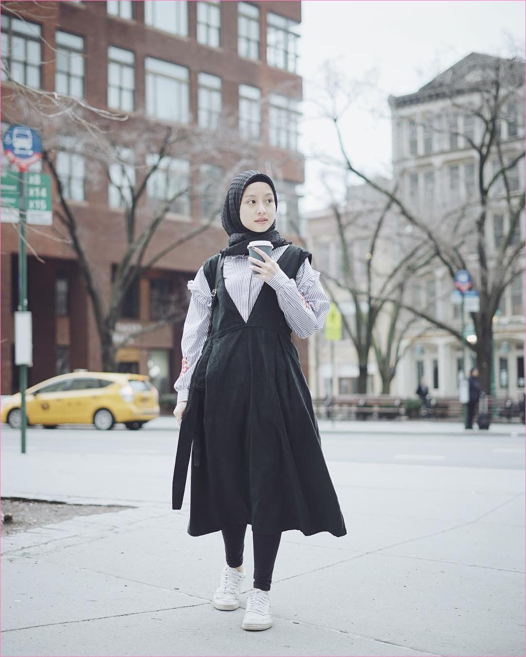 Mix And Match Outfit Baju Luaran (Inner) 2018 Ala Selebgram overall slip dress hitam legging kemeja top blouse stripes segiempat hijab square ruby ciput rajut totebags kets sneakers putih coffe london ootd trendy gedung winter salju