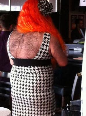 Gente con disfraces o vestimentas extrañas.