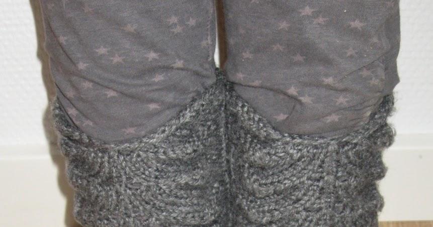 bda16fc7 helt simpelt: Hjemmestrikkede sokker med hulmønster.