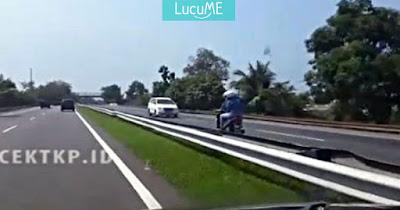 Video Emak-emak Bonceng 3 Lawan Arah di Jalan Tol Ini Bikin Deg-degan
