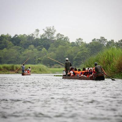 Canoas en el río Rapti de Chitwan