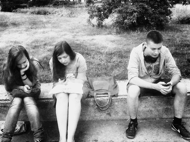 trójka z telefonami