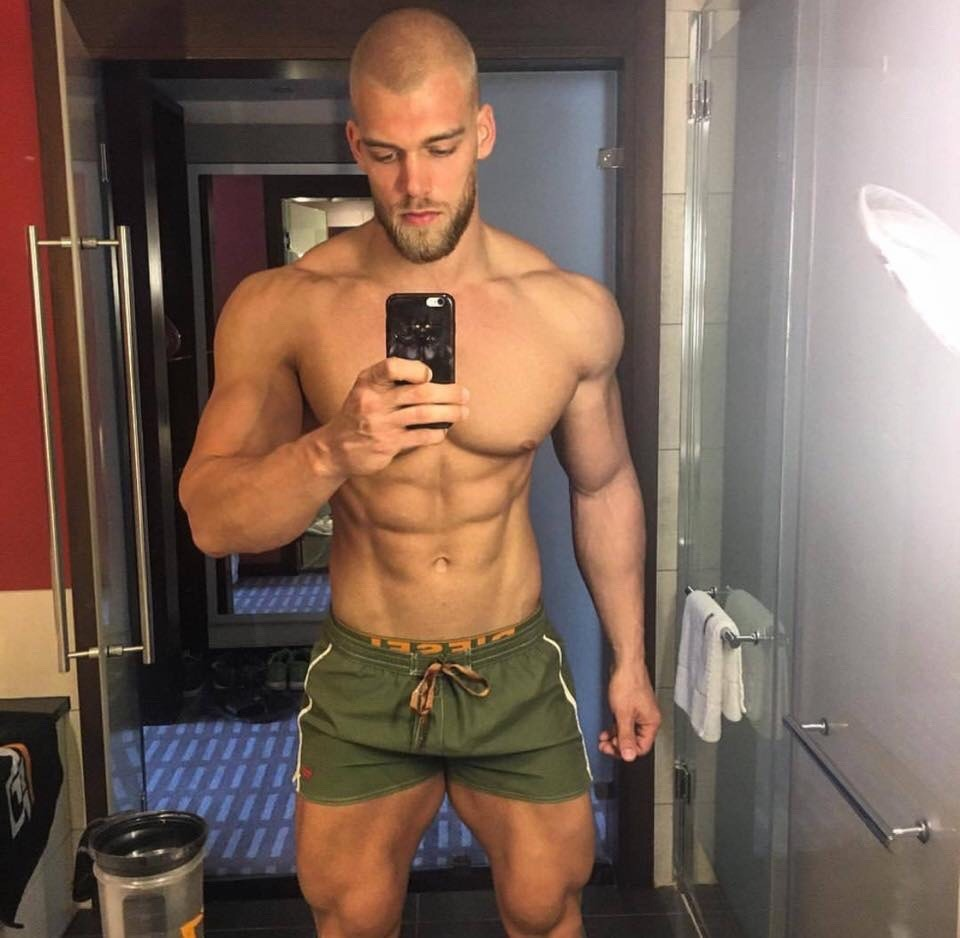 huge-blonde-dude-sexy-selfie