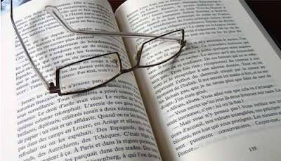 La lecture contribue au développement du vocabulaire et de la communication.