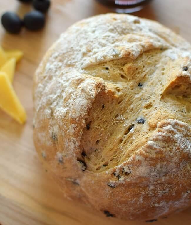 Pan rústico de aceitunas y romero. De intenso sabor y aroma, muy sencillo de elaborar a partir de harina para pan, harina integral, levadura, aceitunas negras y romero