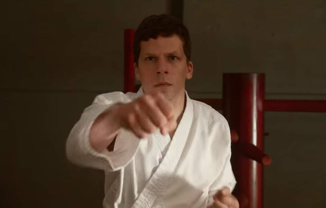 The Art of Self-Defense :「ゾンビランド」のジェシー・アイゼンバーグが得意の臆病者に扮し、真の男になりたいと願い、空手道場に入門したことから、行き過ぎた男らしさの世界に迷い込むブラック・コメディの最新作「ジ・アート・オブ・セルフディフェンス」の予告編を初公開 ! !