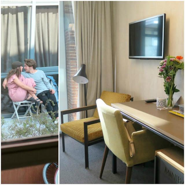 זר פרחים בחדר של מלון HOTEL DE HALLEN וזוג מאוהב בחלון ממול
