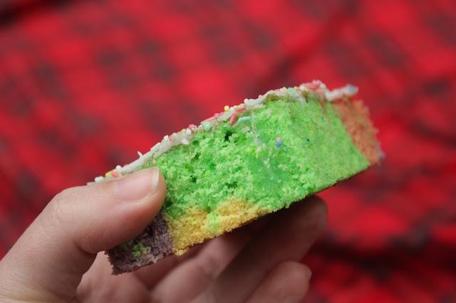 Zu Ellas Geburtstag gab es einen kunterbunten Zitronenkuchen mit Guss und Streuseln: http://kuechenliebelei.blogspot.com/2017/05/kunterbunter-zitronenkuchen-voller-liebe.html