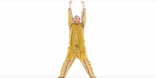 """O viral """"Pen-Pineapple-Apple-Pen"""" do comediante japonês Kosaka Daimaou, mais conhecido como Piko-Taro, cujo vídeo alcançou mais de 130 milhões de visualizações no YouTube, foi reconhecido nesta sexta-feira (28) pelo """"Guinness World Records"""", o chamado livro dos recordes, como a canção mais curta a entrar na lista """"Billboard Hot 100"""""""