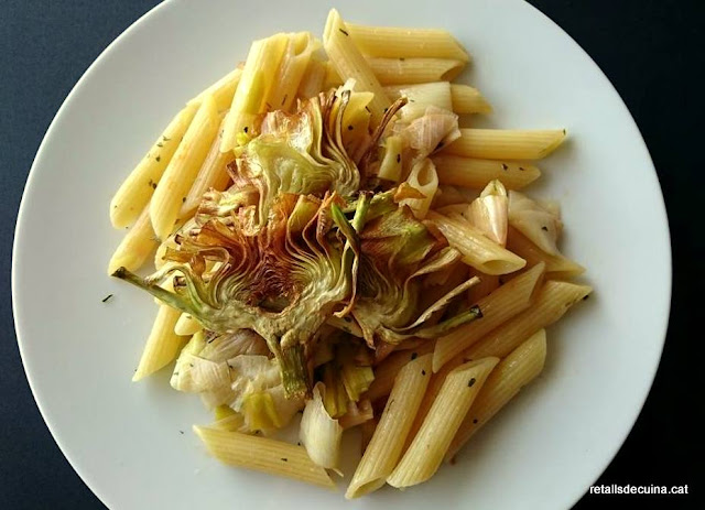 Calçots amb pasta i xips de carxofa