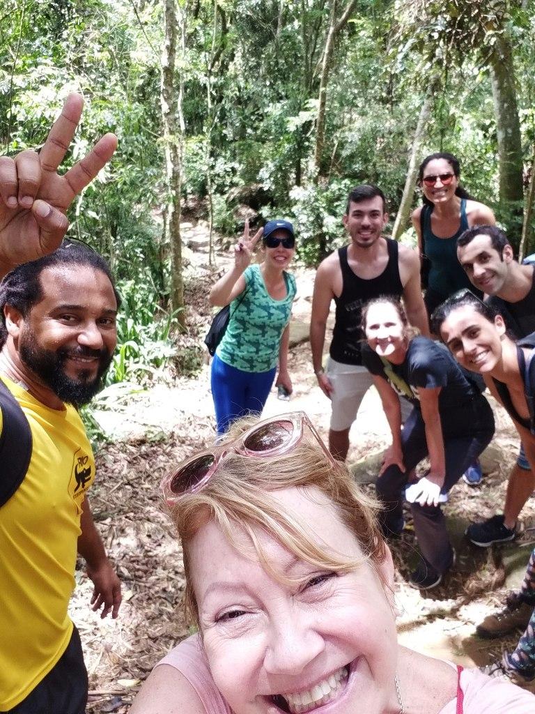 Grupo animado na Trilha da Pedra Bonita