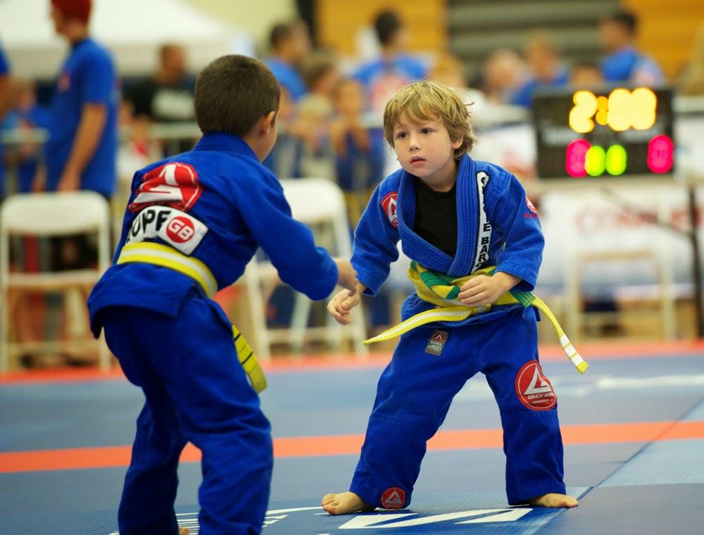 Niños luchando judo