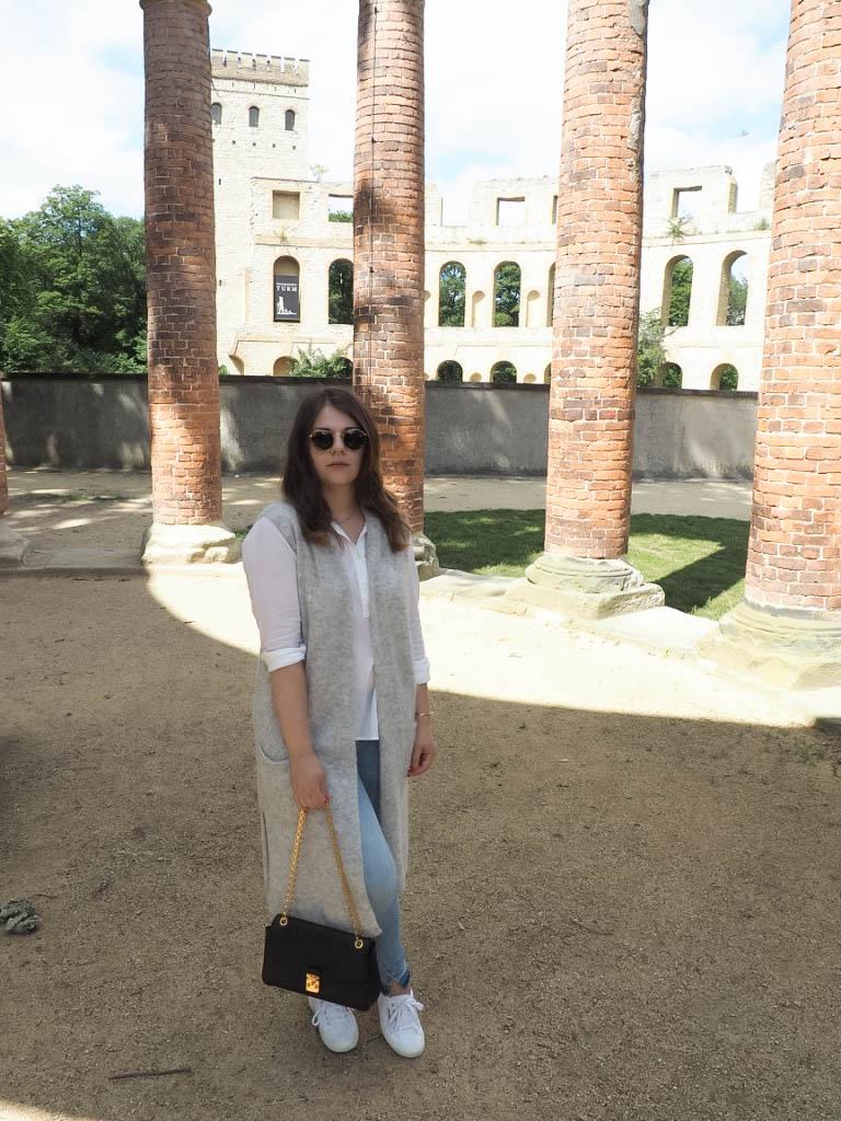 Klassischer Look - weiße Bluse mit Strickweste und Jeans