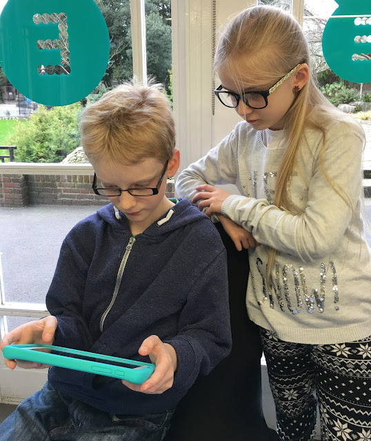 children sharing the Robin tablet from EE