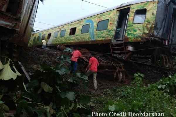 nagpur-mumbai-duranto-express-derail-near-titwala-in-maharashtra