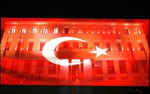 Η απόλυτη ξεφτίλα: Ο Καμίνης φώτισε το Δημαρχείο της Αθήνας στα χρώματα της τουρκικής σημαίας.....