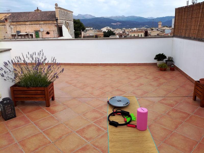 Ginnastica in terrazza con vista sulla Serra de Tramuntana