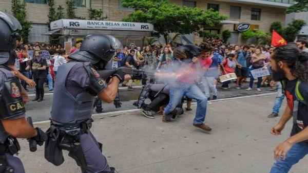 Policía reprime protestas contra aumento del pasaje en Brasil