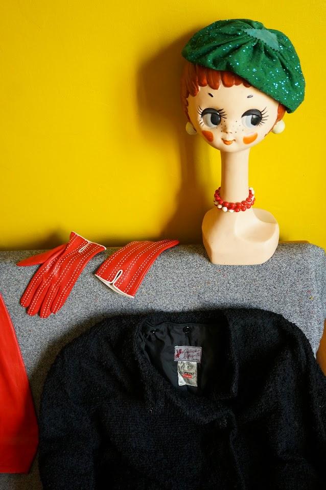 un chapeau des années 40 pour la grande , des gants ( neufs ) souvenir d'Italie , un manteau des années 50 des Galeries Lafayette   40s green hat , red leather gloves , 50s black coat