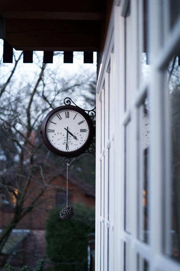 Blog + Fotografie by it's me! - Instatreffen bei Katies Home - Bahnhofsuhr, weiße Fensterrahmen